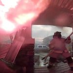 Eine Türspionkamera filmt den Einsatz der Feuerwehr